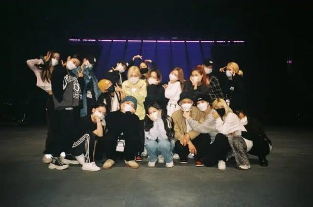 BLACKPINK take photos with dancers without wearing masks